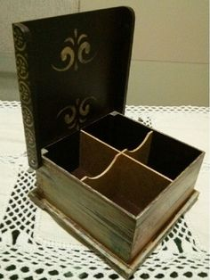 Pode ser utilizada para armazenar bijus, maquiagens, porta chá ou objetos diversos (as divisórias são removíveis).    Técnica utilizada: Imitação de madeira de demolição, combinado com apliques de estêncil, carimbos, recortes de MDF, decoupage.