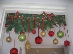 Adorno con esferas- Christmas idea Christmas Porch, Christmas Candles, Christmas Time, Christmas Wreaths, Office Christmas Decorations, Christmas Tree Themes, Christmas Printables, Holiday Ornaments, Christmas Crafts