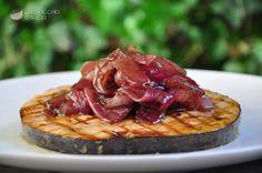 Il pesce spada con cipolle in agrodolce è un secondo piatto a base di pesce in cui il protagonista è il pesce spada, marinato con vino, aglio e origano e cotto alla piastra, con un accompagnamento di cipolle rosse in agrodolce.