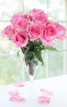 Roses are just a few inches above the top of the vase! No wonder mine look so gawky!!! Pink Roses ♥