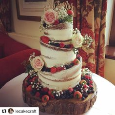 Here is Claire & Sam's half-naked wedding cake. - Healthy snacks recipes - Here is Claire & Sam's half-naked wedding cake. With fresh fruit a wedding decoration You are in t - Cream Wedding Cakes, Floral Wedding Cakes, Wedding Cake Rustic, Wedding Cake Designs, Wedding Cupcakes, Wedding Cakes With Fruit, Cake Wedding, Wedding Shoes, Wedding Ideas