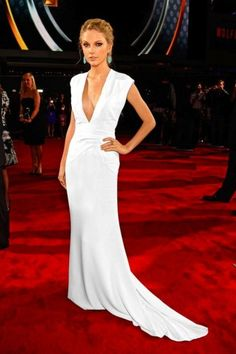 Taylor Swift looking gorgeous in this white dress Fashion Mode, Look Fashion, Fashion Trends, Celebrity Red Carpet, Celebrity Style, Taylor Swift Vestidos, Vestidos Sexy, Taylor Swift Style, Glamour