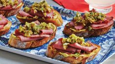 Why not serve our Montreal Smoked Meat Crostini recipe at your next cocktail party? This tasty appetizer is a take on the classic spicing of Montreal smoked meat. Montreal Smoked Meat Sandwich, Fresh Strawberry Pie, Parchment Paper Baking, Artisan Pizza, Snacks Sains, Meat Appetizers, Appetizer Recipes, Smoked Meat Recipes, Sweet Pickles