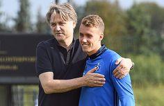 Umarmung für Neuzugang Luca Waldschmidt. Dietmar Beiersdorfer genießt es, dicht bei der Mannschaft zu sein. .. ... nur der HSV !!