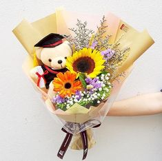 Guide to picking The Perfect Graduation Bouquet Graduation Bear, Graduation Gifts, Graduation Flowers Bouquet, Cute Date Ideas, Sunflower Bouquets, Hand Bouquet, Flower Aesthetic, Balloon Decorations, Flower Designs
