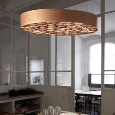 La suspension Spiro du designer Remedios Simón pour la maison espagnole LZF est un anneau de lumière trompe l'oeil qui se distingue par un design épuré, sobre et contemporain. L'abat-jour enveloppe des petits rondins de bois qui sont en fait des lamelles de bois roulées de différentes tailles. Remedios Simón a créé une suspension de Ø96cm avec une qualité d'éclairage et de chaleur unique qui convient pour tous les intérieurs. Une réelle source d'éclairage avec l'abat jour en bois naturel de…