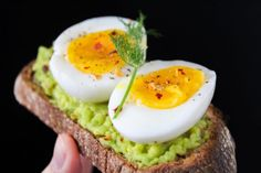There is no set number of eggs a person should eat. Most people can eat eggs per day. Cooking Hard Boiled Eggs, Boiled Egg Diet Plan, Boiled Food, Healthy Low Calorie Snacks, High Calorie Meals, Egg Benefits, Homemade Beans, Fitness Workouts, Diet Recipes
