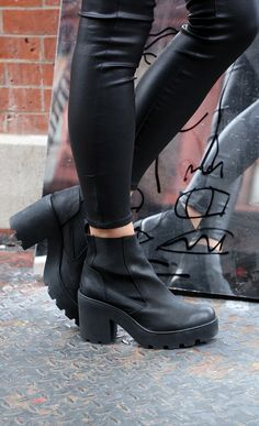 i will find these boots and buy them Sock Shoes, Cute Shoes, Me Too Shoes, Shoe Boots, Shoes Heels, Pumps, Ankle Boots, Look Fashion, Fashion Shoes