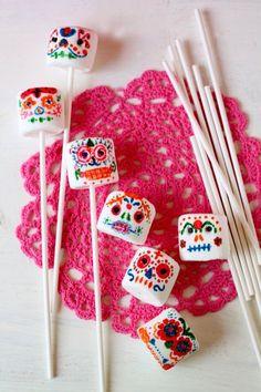 Day of the Dead Marshmallow Sugar Skull Pops - Latina Mom Tips & Advice | Bombones con cara calaveritas inspirados en el Día de los Muertos