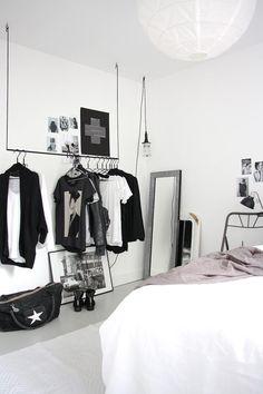 porte vêtement en tringle suspendue du plafond dans la chambre scandinave