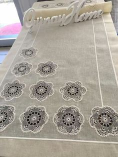 This Pin was discovered by Neş Hessian Table Runner, Table Runners, Wedding Napkins, Mug Rugs, Needle And Thread, Quilting Projects, Doilies, Crochet Stitches, Diy And Crafts