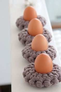 Häkelanleitung: Osterdeko selbermachen mit gehäkelten Eierwärmern / diy crochet instruction: eggcups, easter decoration by knobz via DaWanda.com