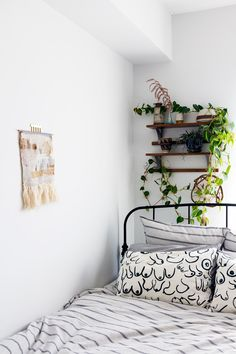 White Wall Decor for Bedroom . 24 Lovely White Wall Decor for Bedroom . How to Decorate A Bedroom with White Walls Black Room Decor, White Wall Decor, Cute Room Decor, Black Rooms, White Rooms, Small White Bedrooms, Bohemian Room Decor, Butterfly Room, Tumblr Room Decor