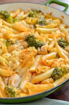 Slimming Delicious Low Syn Chicken, Broccoli and Cauliflower Pasta Bake - perfect combination for a filling family meal. Slimming World Pasta Bake, Slimming World Dinners, Slimming World Chicken Recipes, Slimming World Recipes Syn Free, Slimming World Diet, Slimming Eats, Slimming World Journal, Slimming World Fakeaway, Chicken Recipes For Kids