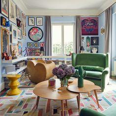 A Milano, il living dei fondatori del marchio di tappeti cc-tapis. Tappeto Lost in the Fifties, cc-tapis; coffe table Lalinde Sentou; sgabello Zig Zag, Pols Potten; poltrona Soft Heart, Ron Arad per Moroso; divano a due posti Alexander, Pellini per Spazio Pontaccio; lampade Guns, Philippe Starck per Flos; scultura di Frank Kozik /// In Milan, the living of founders of the rug brand cc-tapis. Lost in the Fifties rug, cc-tapis, Lalinde Sentou Coffee Table, Zig Zag Stool, Pols Patten; Soft…