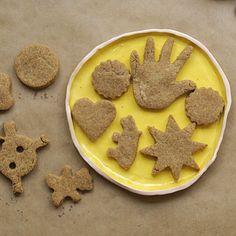 WEBSTA @ minrebolledo - He andado medio desaparecida 🙈 les pido mil disculpas, pero ya les contaré en que ando 🙏🏻. Hoy les dejo mis galletas de mantequilla de maní casera 😋👌🏻 muy sanitas y ricas.Ingredientes: (para 10 porciones)👇🏻1 taza y 1/2 de harina de trigo integral 1/2 taza de avena molida 1/2 cucharadita de sal de mar 1/2 taza de mantequilla de maní casera 1/3 de taza de agua 2-3 cucharadas de maple syrup (puede reemplazarse por agave o miel)Preparación:1. Precalienta el horno…