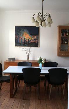Mater spisestuestole sidder man pragtfuldt i og de ser skønne ud sammen med Mikenes maleriet i Carl Johan og Sidsels lejlighed på Frederiksberg.