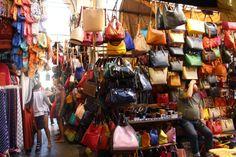 Se tem um lugar para enlouquecer os menos consumistas em Florença esse lugar é o Mercado da Palha,  também conhecido como Mercado Novo! Aqui você encontra bolsas, mais bolsas, muitas bolsasssss!!!!