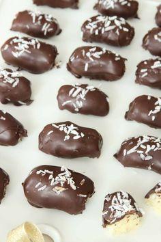 Hemgjord Bounty - Lindas Bakskola & Matskola Vegan Christmas, Christmas Treats, Christmas Recipes, Candy Recipes, Dessert Recipes, Desserts, Sandwich Cake, Homemade Candies, Dessert Drinks