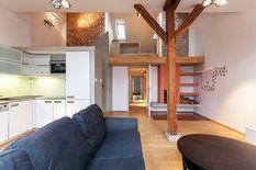 Z bytu vytvořili jeden velký útulný prostor, který netrpí nedostatkem světla