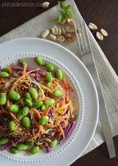 Pasta de calabacita y zanahoria con salsa tailandesa de cacahuate (sin pasta) - Pizca de Sabor