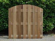 Ravensberg. Een hardhouten Ravensbergscherm is opgebouwd uit verticale FSC® 100% hardhouten planken 016*143mm. De bovenzijde is getoogd. Standaard voorzien van 3 klampen in dezelfde maat. Het scherm is RVS geschroefd.