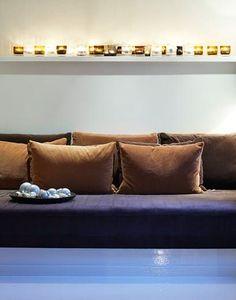 I enden av kjøkkenet er det blitt en liten nisje som er utnyttet til gjestesone. Mellom vinduet og veggen er det bygd en plattform med karmer i mdf-plater. Oppå den er det plassert en madrass, som med sine mange puter fungerer som loungehjørne når den ikke er i bruk som gjesteseng. Putene er sydd til rommet. Eames, Living, Couch, Candles, Furniture, Home Decor, Patio, Platform, Settee
