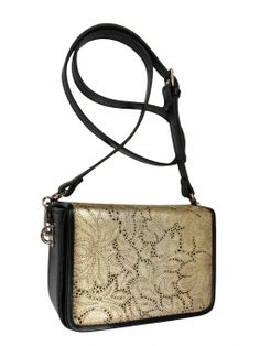 Elegant box-coffer on his shoulder. The bag is in the colors of black and gold. From the inside it is decorated with quilted satin, black lining. Belt is adjustable. Each original handbag GOSHICO id is in the middle of the tab with our logo PRICE: 202.61 € http://goshico.com/en/torebka-boxy-1380.html