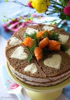Voileipäkakku on kesäjuhlien ikisuosikki. Rukiiset leipäkerrokset tekevät siitä ruokaisan tarjottavan. Kakun kokoamista voi nopeuttaa tekemällä kakusta neliskanttisen. Kakku kannattaa valmistaa jo tarjoilua edeltävänä päivänä, jotta maut ja kosteus ehtivät tasaantua. Lohivoileipäkakku Leipäkerrokset (3 kpl): 700 g ruisleipäviipaleita 4 viipaletta vaaleaa paahtoleipää Kostutus: ½ dl sitruunamehua 1 ½ dl vettä Täyte: 500 g lämminsavulohta (perattuna) ½ […] I Love Food, A Food, Good Food, Food And Drink, Yummy Food, Cake Sandwich, Tea Party Sandwiches, Savoury Baking, Savoury Cake
