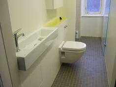 Det har været en gevinst i badeværelset med den smalle håndvask fra Catalano og det lille Philip Starck-toilet fra Duravit.