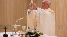 El Papa Francisco señaló una serie de comportamientos que conllevan el riesgo de apagar la luz recibida por Dios: la envidia, el tramar contra el prójimo y apartar el bien, así como pelear continuamente con alguien.