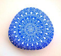 I Sassi dell'Adriatico - Hand Painted Stone (Adriatic Sea) Mandala Pebble Painting, Dot Painting, Pebble Art, Stone Painting, Mandala Dots, Flower Mandala, Mandala Pattern, Stone Mandala, Pebble Stone
