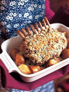 刻んだにんにくとパセリの混ぜ物をまぶしたラム。パン粉のサクサク感とガーリックの風味が食欲をそそる|『ELLE a table』はおしゃれで簡単なレシピが満載!