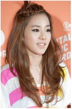 Sandara Park Sandara 2ne1, Sandara Park, My Hairstyle, Cool Hairstyles, Light Golden Brown Hair, 2ne1 Dara, Korean Eye Makeup, Kpop Hair, Sr1