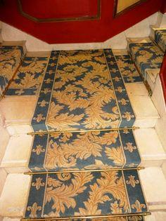 Restaurant Le Procope - 75006 Paris Près de 400m² de moquettes tissées axminster en grande largeur et en passage pour les tapis d'escalier.