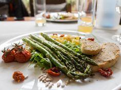 Nos Bio Hotéis, como o Helvetia, 100% da comida é proveniente de produções orgânicas. Caso destes aspargos grelhados, tomatinhos e pães com pasta de grão de bico