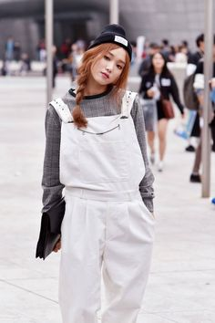 Street style: Lee Seong Kyeong at Seoul Fashion Week Spring 2015 shot by Choi Seung Jum Korean Fashion Winter, Korean Fashion Casual, Korean Fashion Trends, Korean Street Fashion, Ulzzang Fashion, Korean Outfits, Asian Fashion, Look Fashion, Fashion Outfits