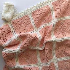 Crochet Victorian Lattice motif, see edging. Crochet Sock Pattern Free, Crochet 101, Manta Crochet, Crochet Cardigan Pattern, Afghan Crochet Patterns, Crochet Granny, Crochet Stitches, Crochet Lace, Crochet Unicorn Hat