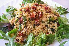 V míse promíchejte olivový olej, sůl, bazalku, nakrájená sušená rajčata a (zatím neuvařený) kuskus. Zalijte hrnkem vařící vody, mísu potáhněte... Couscous, Fried Rice, Workout Programs, Cobb Salad, Quinoa, Vegan Recipes, Vegan Food, Grains, Food And Drink