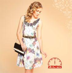 """Simplesmente lindo!! Vestido em estampa suave floral. Look representando o estilo """"lady like"""". O decote tem detalhes super delicados em algodão e os dois cintos de pedraria dão um toque final de sofisticação."""