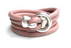 *Schlichtes, aber elegantes Damenarmband aus weichem, gesäumtem Nappaleder in der Farbe NUDE Das Leder wurde doppelt in den formschönen Hakenversc...