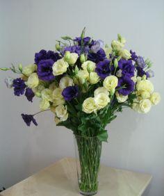 89- Arrojado arranjo com Lisianthus, azul, lilás e amarelo. 80x60