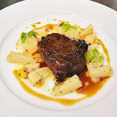 Geschmortes Kalbsbackerl mit Schwarzwurzelragout #lunch #dinner Restaurant, Pot Roast, Steak, Ethnic Recipes, Food, Gourmet, Fine Dining, Nth Root, Koken