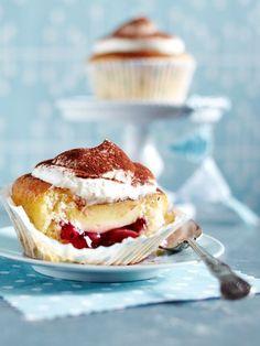 Gefüllte Vanille-Muffins. Mit Kakao bestäuben