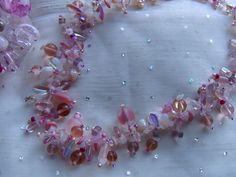 Die Blüten der Apfelbäume, deren leckeres rosa sich auf unserem Gartentisch tummelte, war der Auslöser zu diesem Collier:   Eine zarte, aber trotzdem