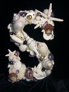 Articoli simili a Lettera impreziosito da conchiglie e gioielli - viola a tema - Home Decor, Art Shell su Etsy