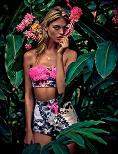 Model Martha Hunt is the heroine of 'The nature of things' for the Elle UK June 2012 editorial and embraces the tropical Boho, Bohemian Style, Costume Fleur, Styler Ghd, Thelma Et Louise, Mode Du Bikini, Tropical Fashion, Tropical Girl, Tropical Prints