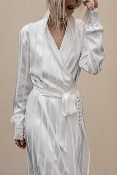 Source by outfits 2018 Modest Fashion, Hijab Fashion, Fashion Outfits, Coat Dress, Dress Up, White Fashion, Fashion 2020, Couture Fashion, Coats For Women