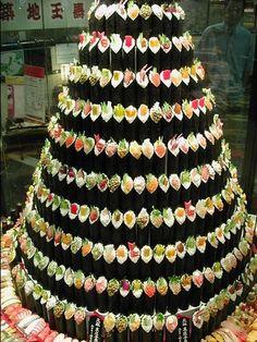 Unusual Christmas Trees- Sushi Tree - Dump A Day Unusual Christmas Trees, Funny Christmas Tree, Creative Christmas Trees, Christmas Humor, Xmas Tree, Christmas Wreaths, Merry Christmas, L'art Du Sushi, Sushi Cake