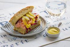 Focaccia soffice al mais e chia, con salmone, avocado e kiwi gold